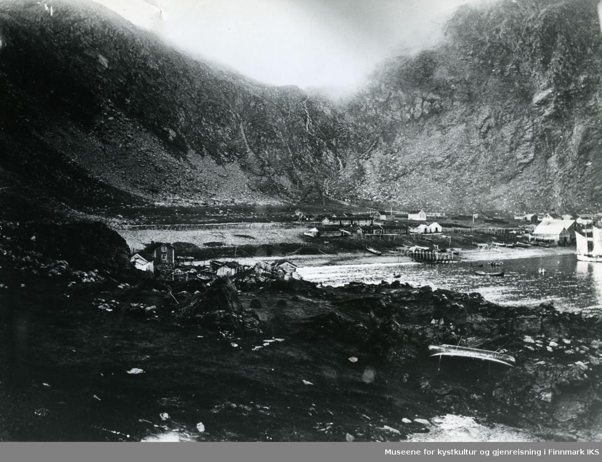 Panoramabilde av fiskeværet Kjelvik. Bilde er sammensatt av fire enkelte bilder: 3x NO.F000284 + NO.F000524.