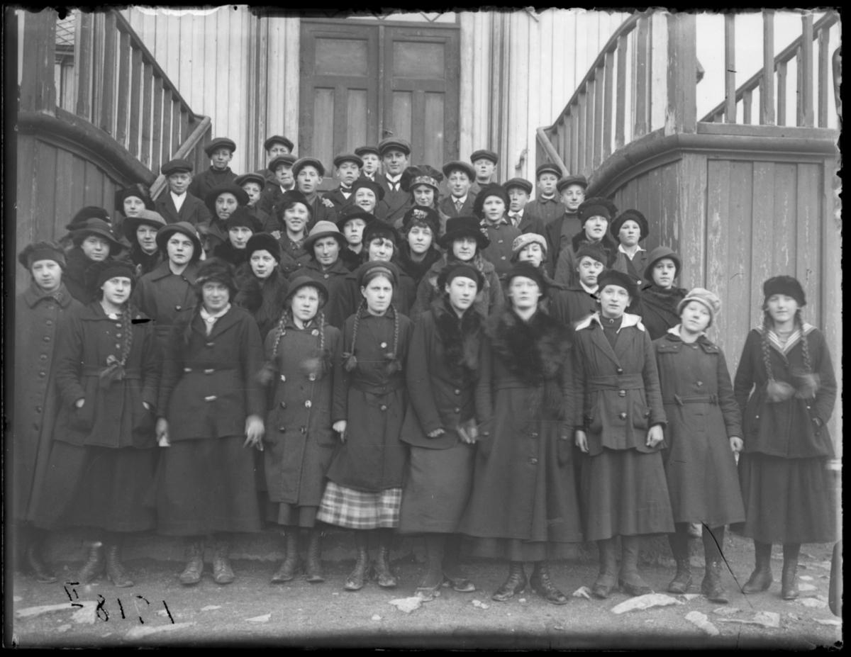 Konfirmanter fotografert på kirketrappa, Vardø 1918
