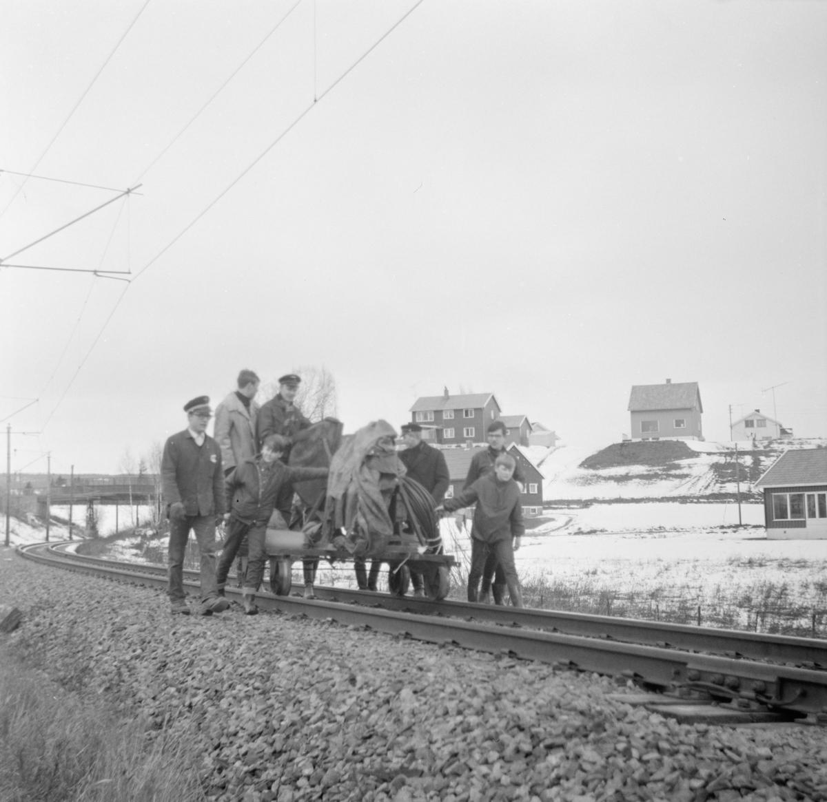 Transport av kappsag på jernbanetralle på Kongsvingerbanen.