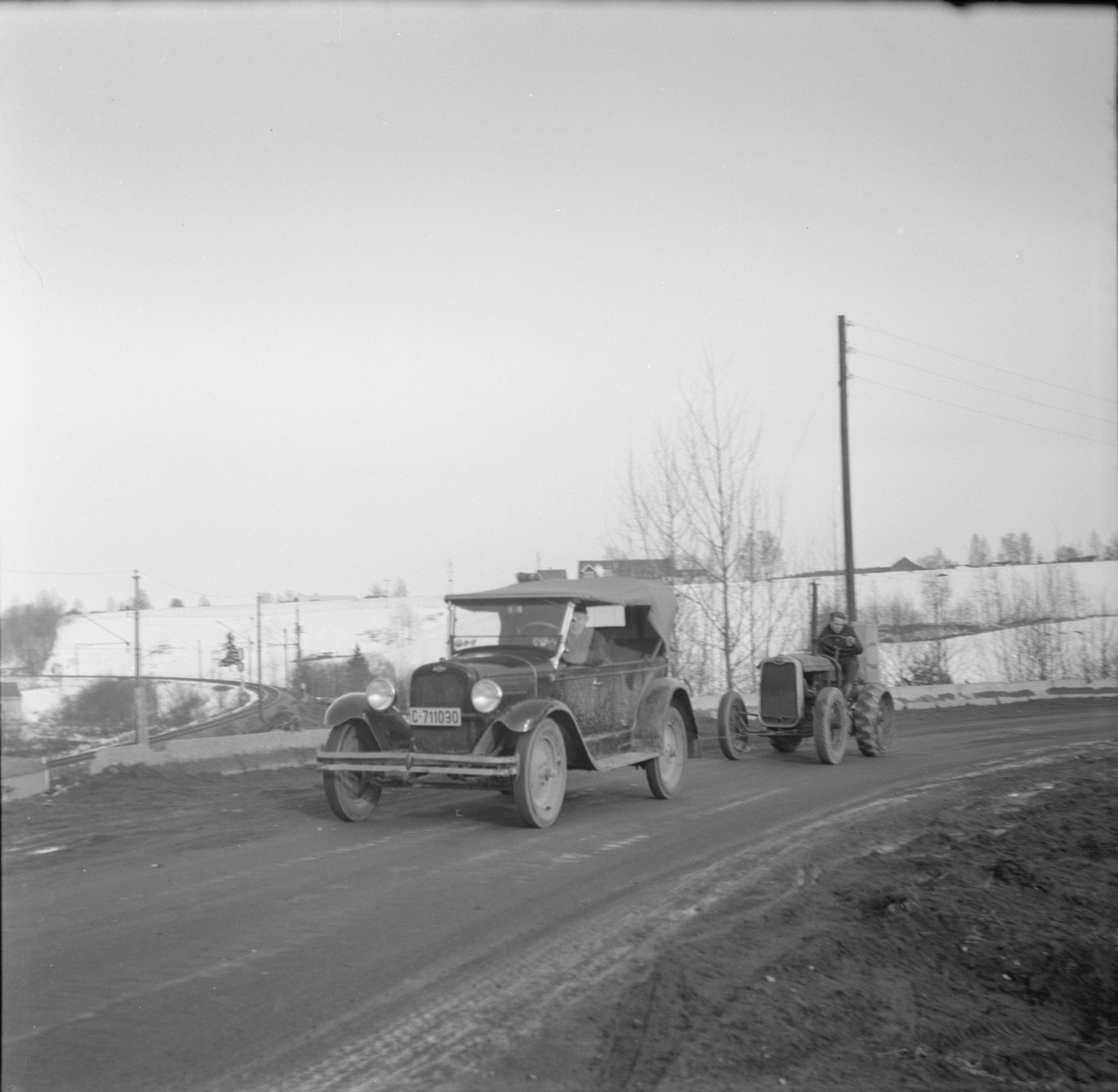 Gamle kjøretøy på riksveien ved Fyen, Sørumsand.