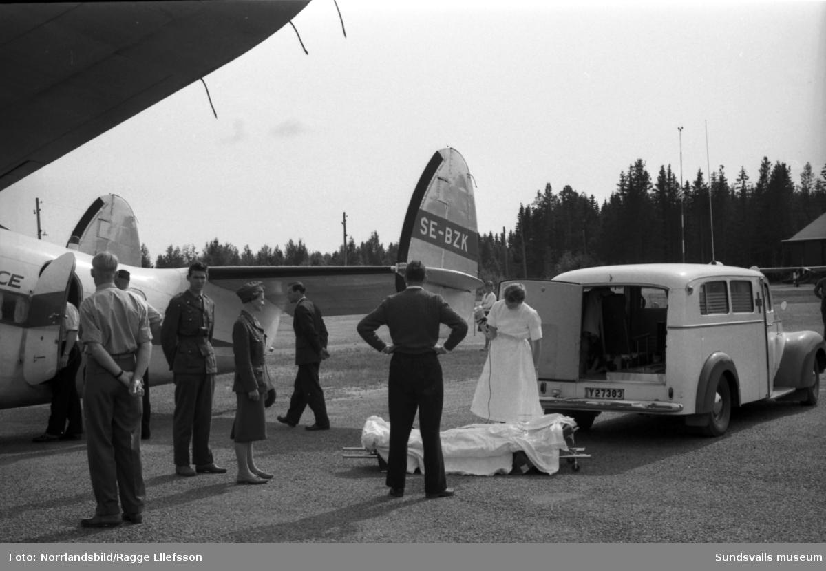 En brännskadad patient får flygambulanstransport från Midlanda till Stockholm.