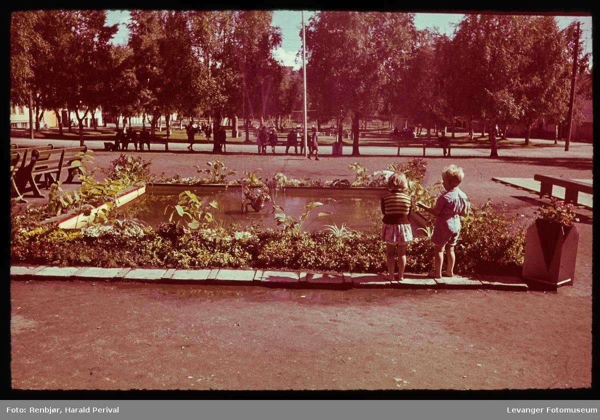 Torvet med basseng Levangerdagene, med ei jente og en gutt.