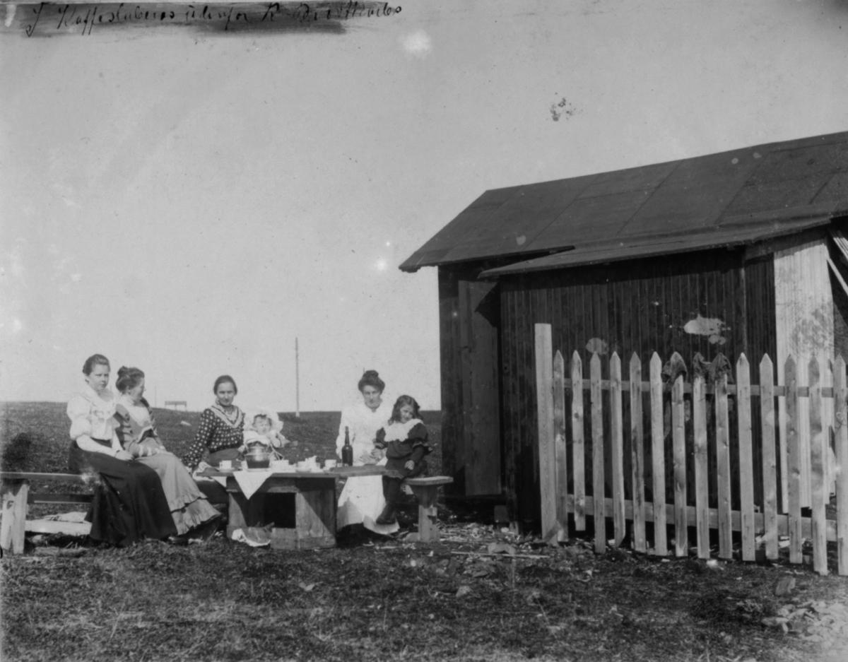 Kaffeslaberas utenfor R.Brodtkorbs sommervilla 8. juli 1906.