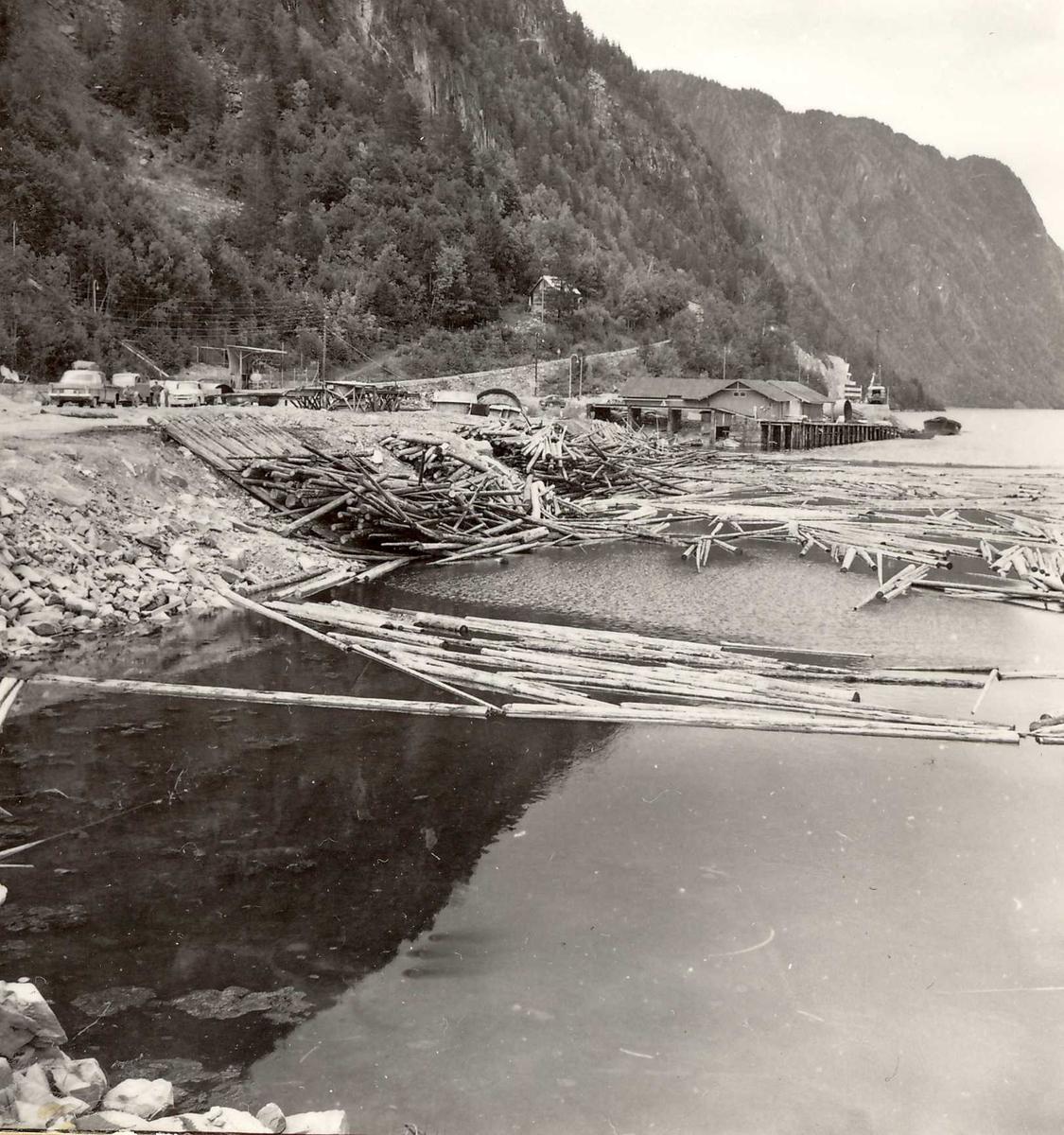370-3 Tømmervelt ved brygge Dalen