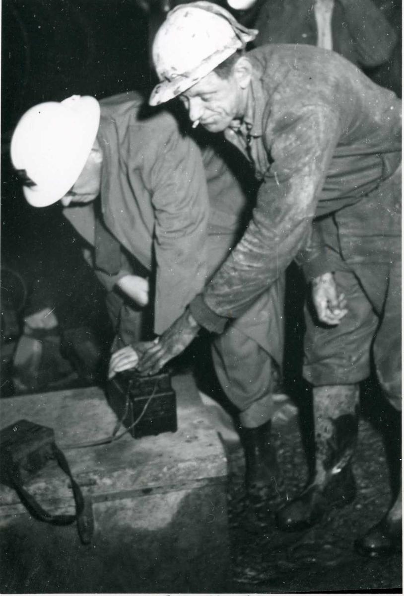 Avfyring gjennomslagssalve Leirli - Tveito (Ved byggeleder og tunnelbas).   27-11-58.tif