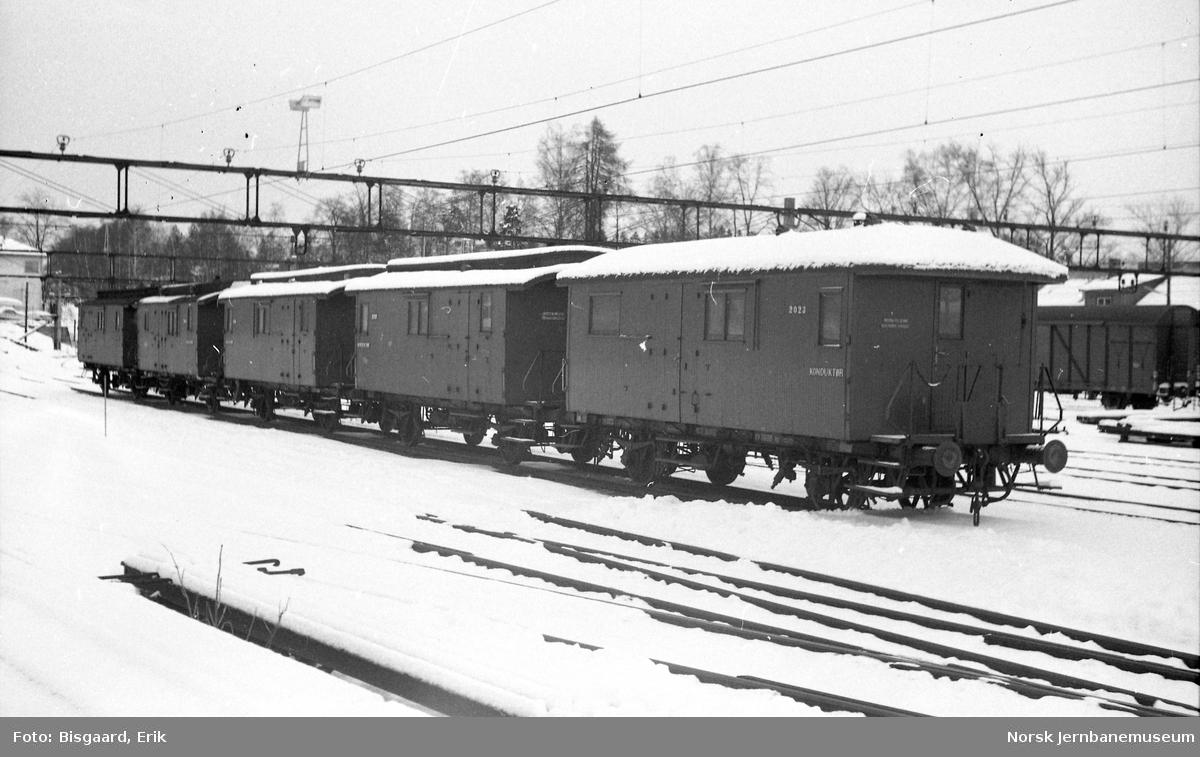 Konduktørvogner litra F nr. 2023, 3030, 3012, 6016 og 6015 på Ski stasjon