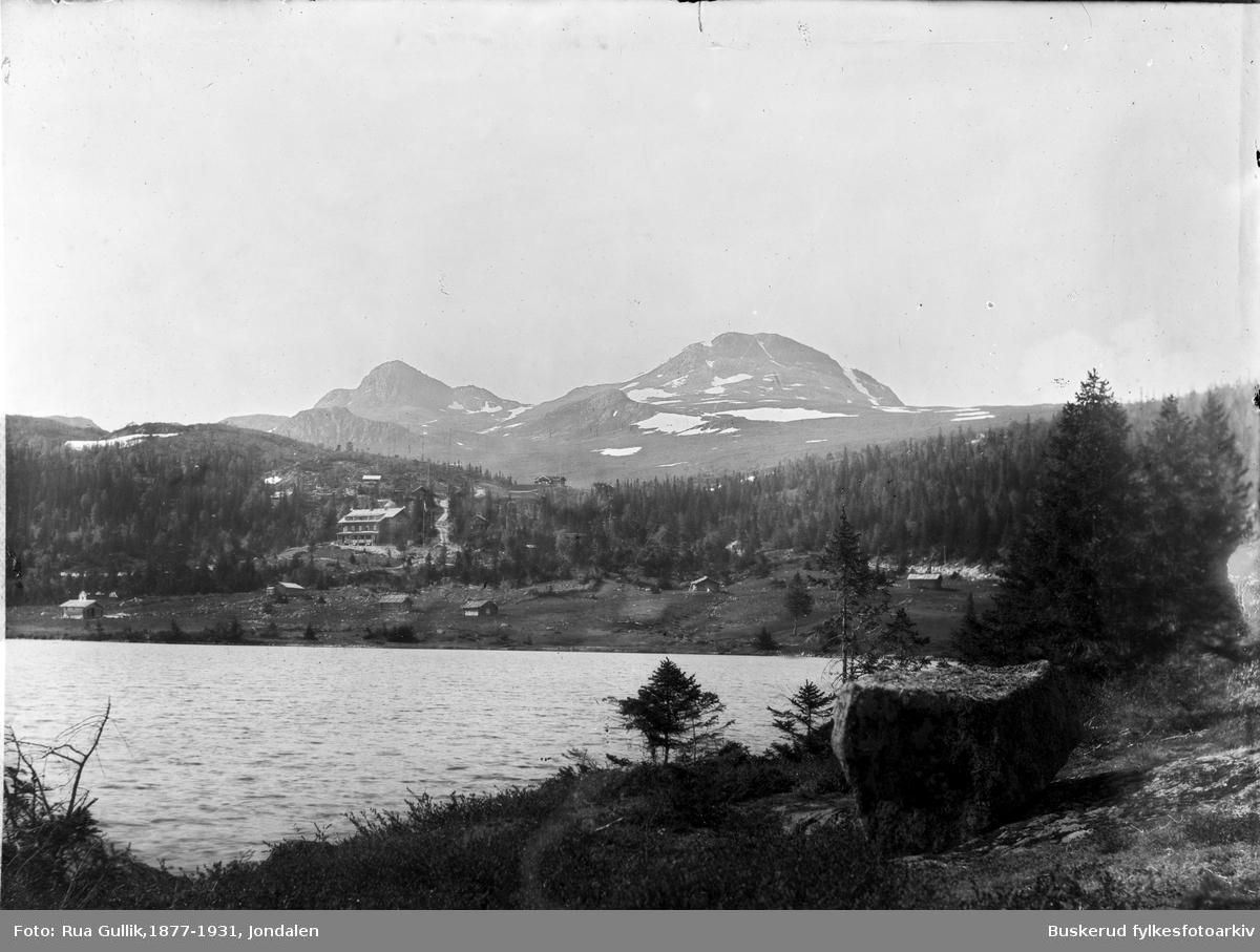 Utsikt over Kovstulheien med setre i bakgrunnen 1897 Midt på bildet er Tuddal høyfjells sanatorie som nå er Tuddal Høyfjellshotell  Gaustatoppen i bakgrunn