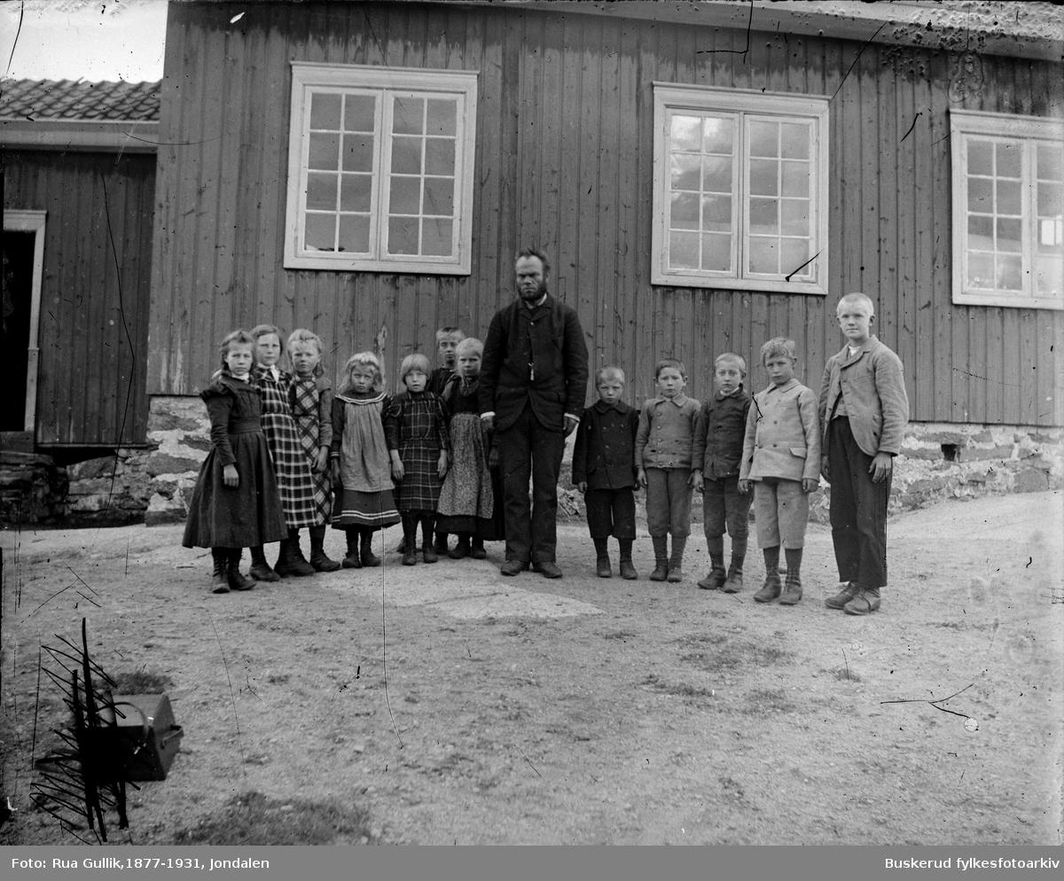 Øvre Jondalen skole småskoleklasse Lærer er Eilef Cristensen Vollan (1857-1940) Var fra Sauland.  Svigerfar til fotograf Gullik G Rua 3 jenter fra venstre : Karen Elise Sigurdson (1891-1917) , Anna Haugen (1891....) ,Margit Jonsgaard (1891...)