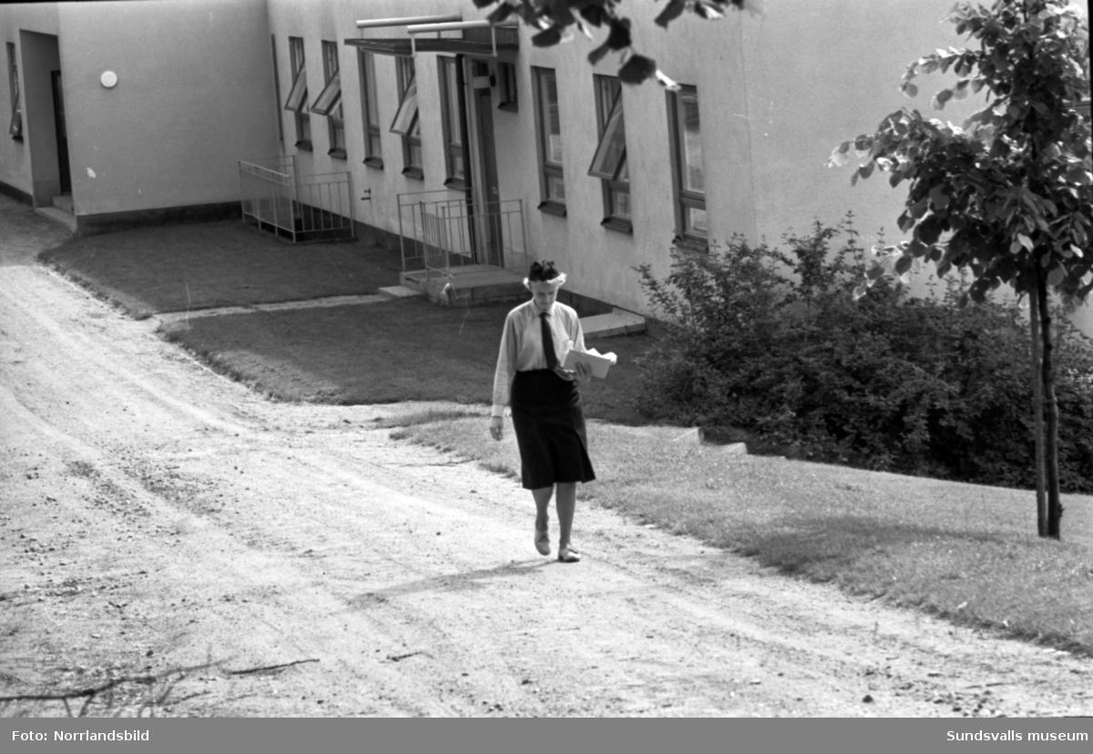 Kvinnlig brevbärare ute på sin rutt på Baldersvägen.