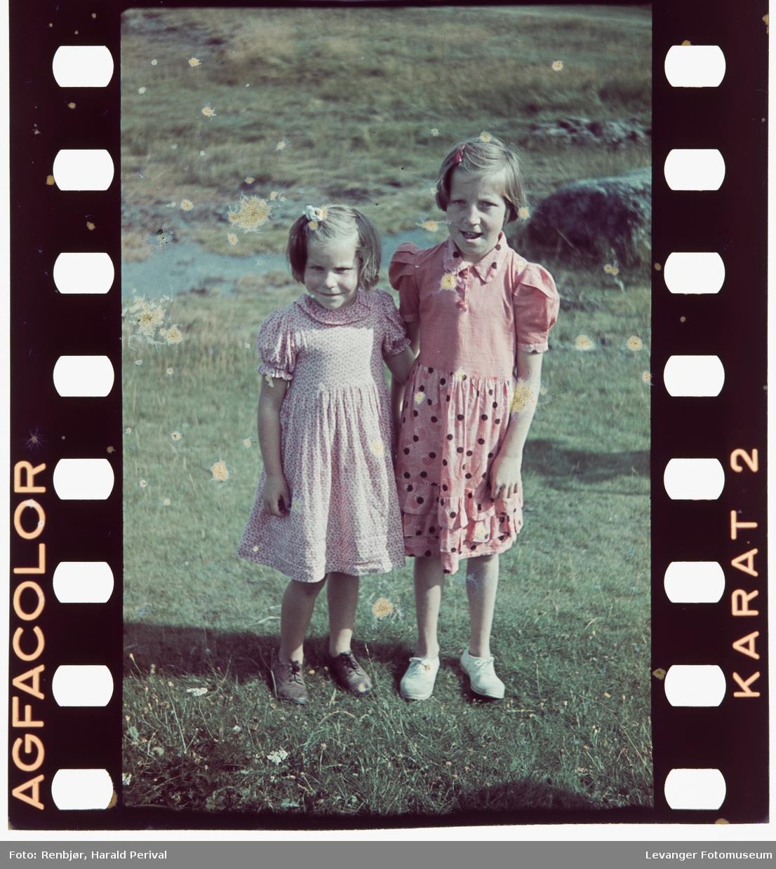 Portrett av to jenter.