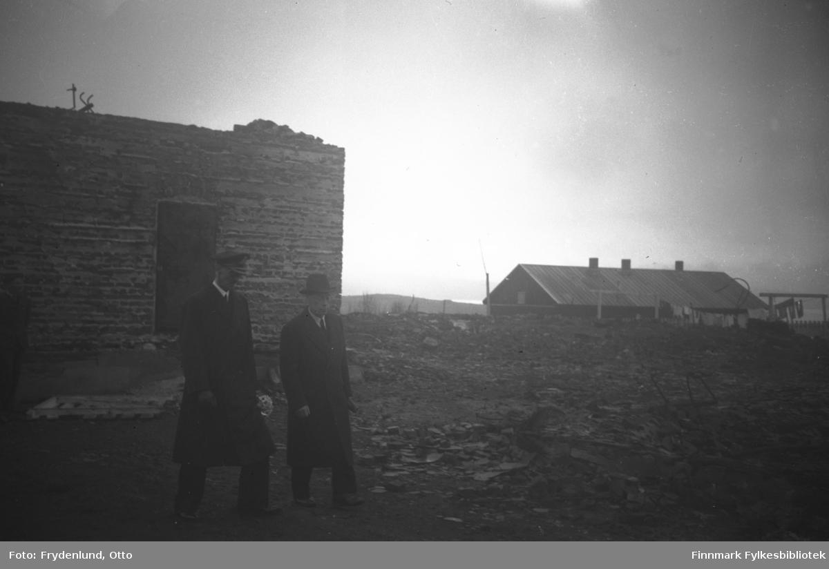 Fylkesmann Gabrielsen og Kong Haakon VII ved ruinene av fylkesmannsgården i Vadsø 12. juli 1946. I bakgrunnen står ei brakke med klesvask til tørk utenfor