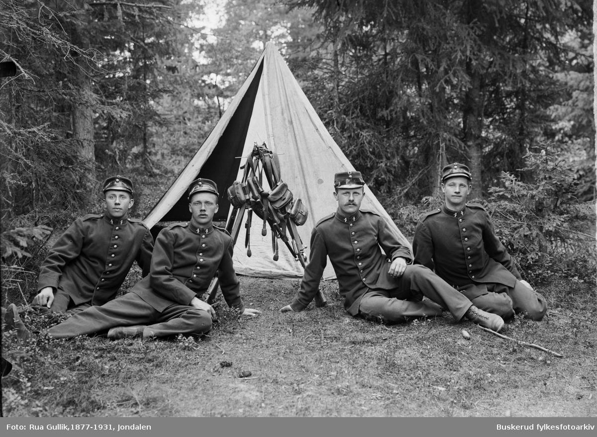 Gruppe soldater foran et telt Korporalgruppe med Asman, Bjørkholdt Gullik G. Rua til høyre 1902