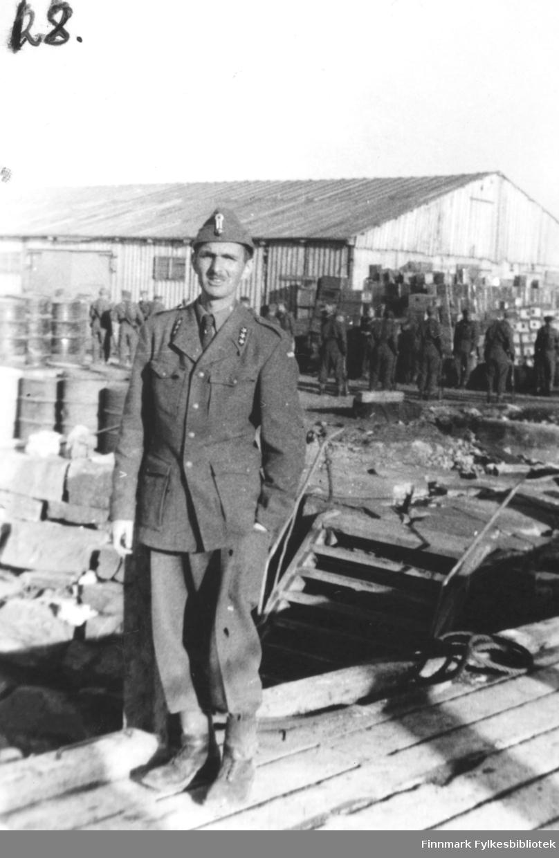 Bildet viser: Fra kronprins Olav's besøk sommeren 1945. Kaptein med overblikk, i bakgrunnen redningskjøyta og til høyre vaier igjen det norske flagget.