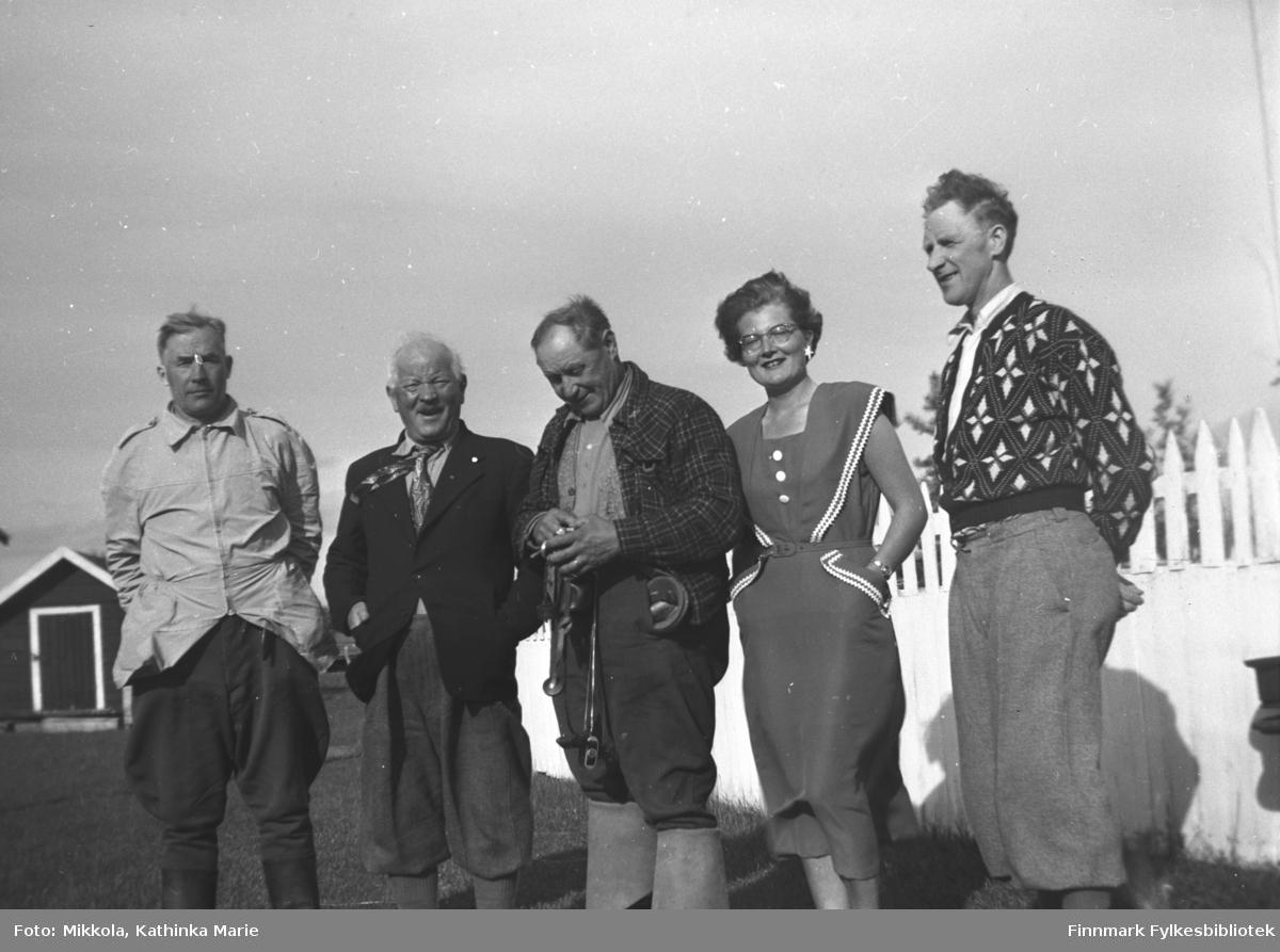 Besøk av to finske turister på Mikkelsnes. Fra venstre: en finsk turist, Aksel Konrad Mikkola, en finsk turist, Ingrid Johannessen og Per Sivle Olsen