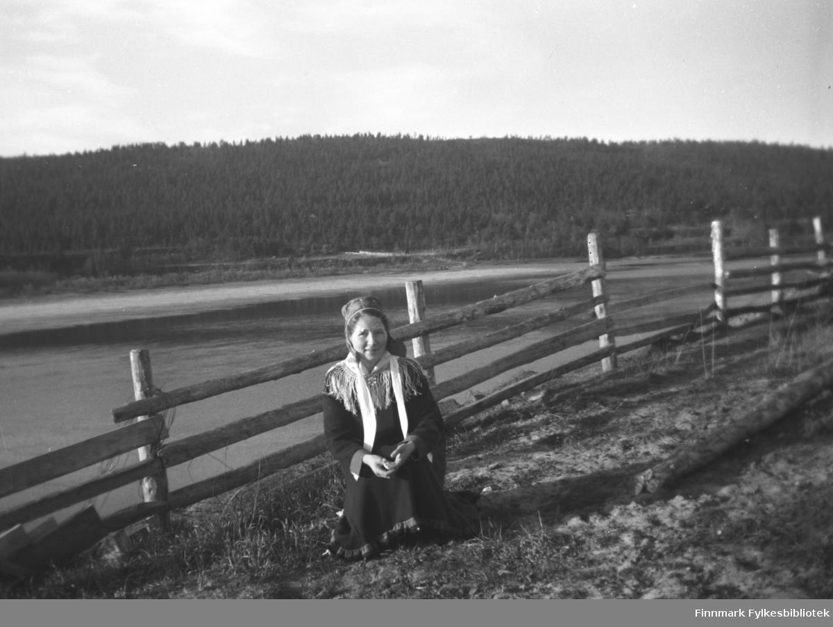 Kari (Karen Åshild) Mikkola gikk et vevkurs i Karasjok. Her er hun avbildet i samekofte med Karasjokka i bakgrunnen