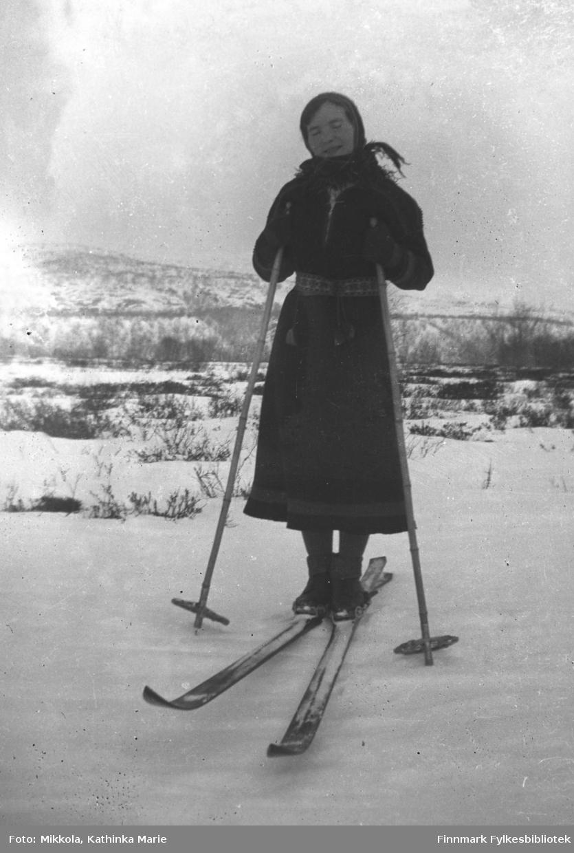 Astrid Mikkola på ski. Hun har samekofte og et vakkert vevd belte