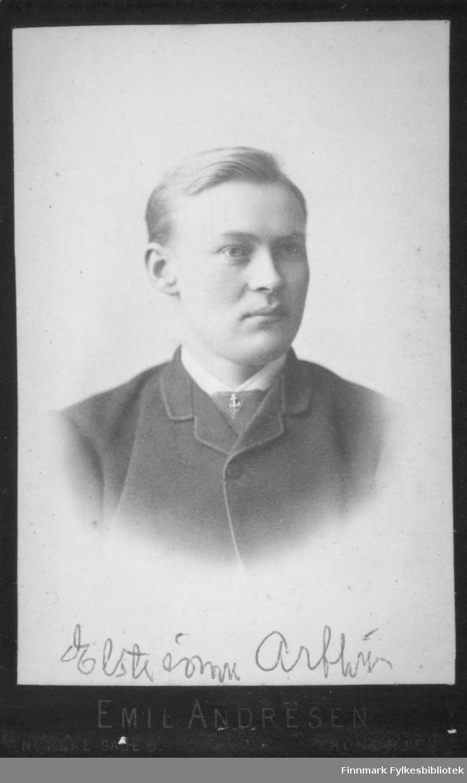 Portrett av Arthur Buck. Han har en mørk dressjakke på seg og den hvite skjortkragen vises.