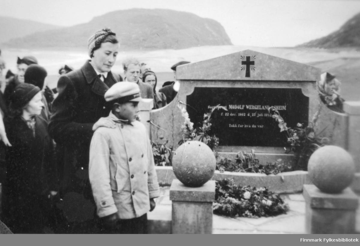 Avduking av minnesmerket over sogneprest Modolf Wergeland Asheim. Sogneprest Asheim døde 23. juli 1942 på Talvik tuberkulosesanatorium. Begravet på Loppa kirkegård. Gravminnet ble reist etter krigen, ca. 1946-47 for midler som meningheten samlet inn. Sogneprestens kone, Ingeborg Asheim og sønnen John-Birger Asheim var til stede under minnestunden, men de hadde da flyttet til Oslo. Sognepresten virket 15 år på øya Loppa og er en av få prester som døde i Finnmark og som valgte å bli gravlagt i Finnmark.|Sogneprest Asheim hadde en spesiell plass i Loppafolkets hjerter, noe det vakre minnesmerket også vitner om.