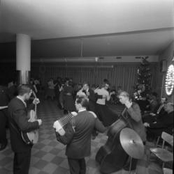 Verkstadsskolans julfest 1956 med middag, musik och dans.