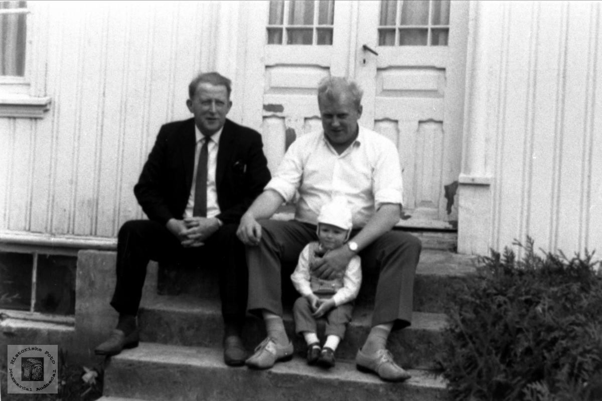 3 generasjonar Skeibrok på trappa