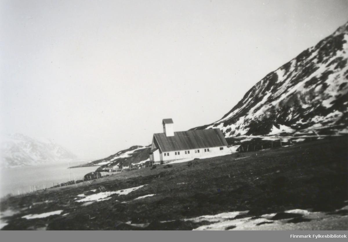Kirken i Bergsfjord fotografert en tidlig vårdag i 1950(den stod ferdigstilt i 1951). Langkirken er hvitmalt med mange vinduer langs hele veggen. Taket har pappdekke og kirketårnet står på taket, nesten helt foran. Et lite vindfang er plassert på røstveggen. Området foran kirka er slett og har grusdekke. Foran på bildet er et jorde med lyng/gress og det ligger noen snøflekker spredt rundt. Noen gjerdestolper ses nedenfor og bak kirka. Til høyre på bildet begynner fjellsiden på  Gullmundstinden og det ligger endel snøflekker på det og. Skipperneset stikker ut i Bergsfjorden og tvers ovenfor det ses et noe diffust landområde.