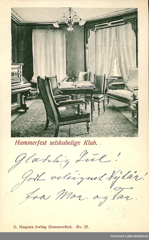 Postkort med motiv av interiøret til Hammerfest selskabelig klub. Kortet er en jule- og nyttårshilsen til Arthur og Kirsten Buck på Hasvik. Kortet er sendt fra Hammerfest i desember 1903.