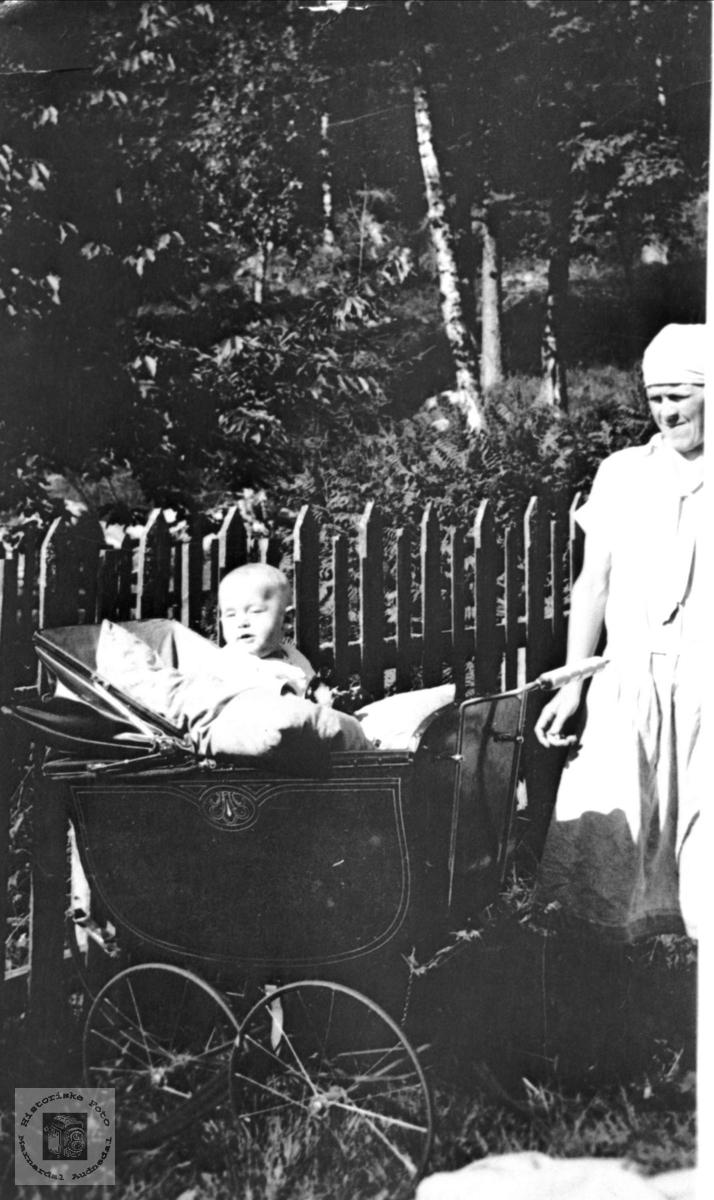 Mor og barn i hagen