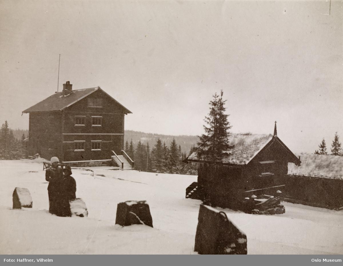 Heftyevillaen, stabbur, snø, stabbesteiner, kvinner