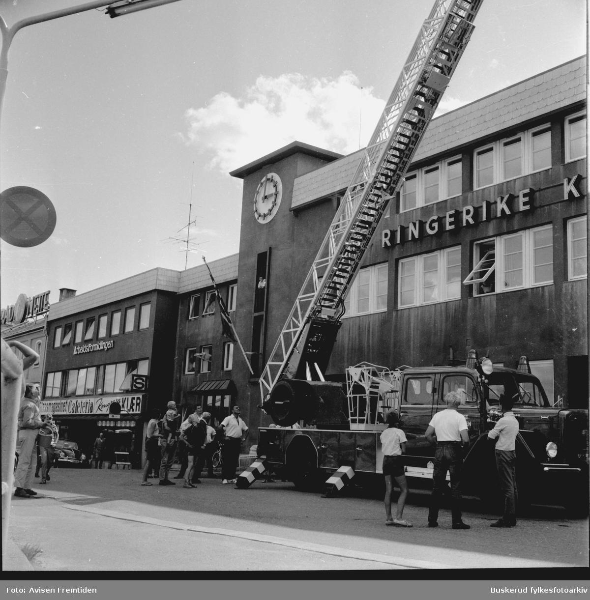 Den nye stigebilen er kommet  1969 Utenfor brannstasjonen i Fossveien