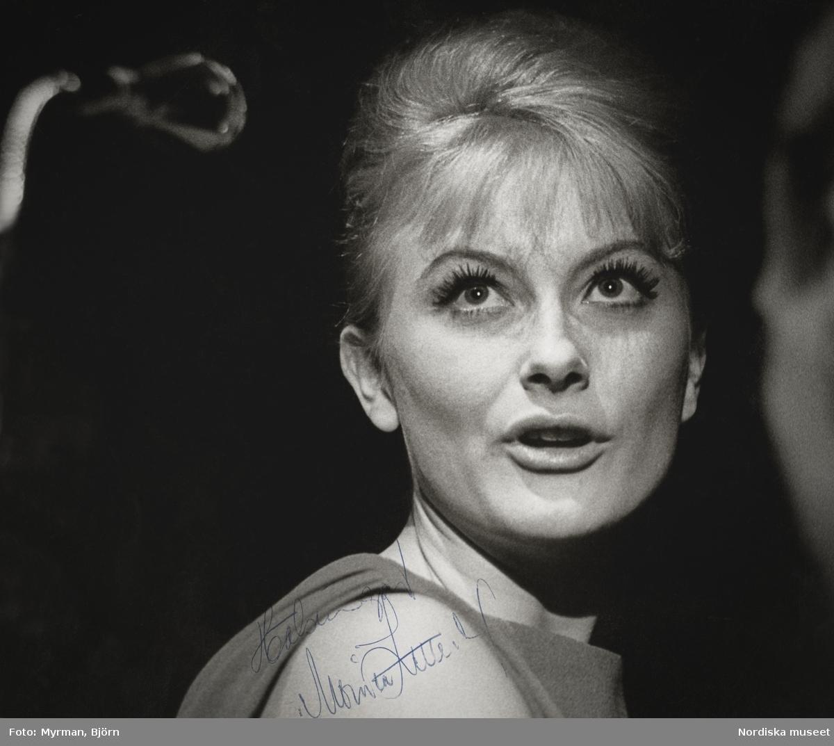 """Porträtt av sångerskan Monica Zetterlund (1937-2005), signerat """"Hälsningar Monica Zetterlund""""."""