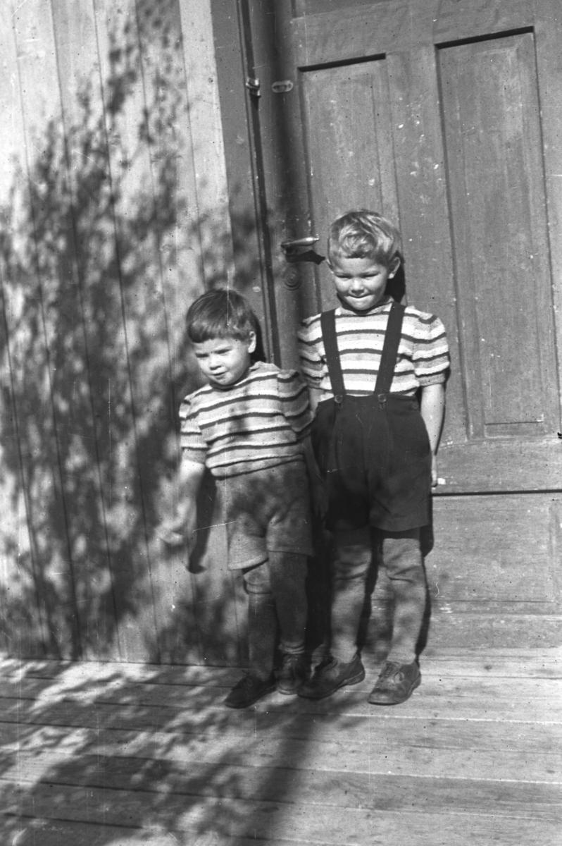 Rolf og Øystein Hauge på hytta i Andersby en sommerdag under krigen. Rolf til venstre på bildet.