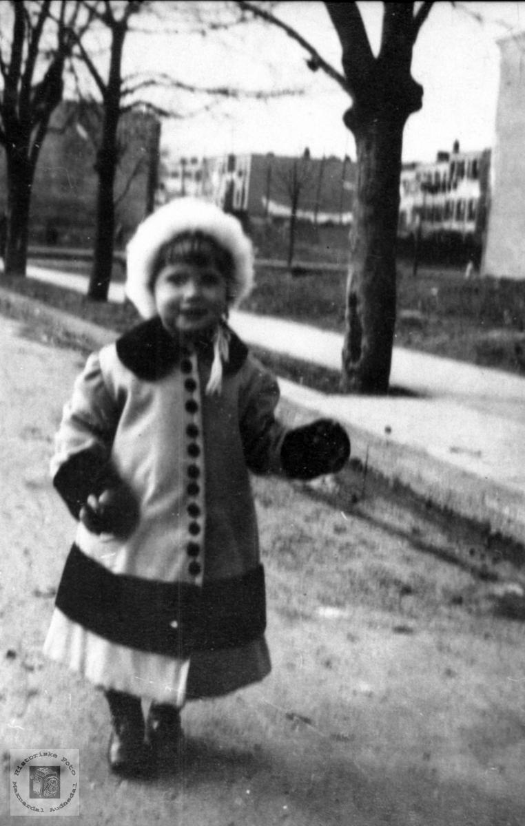 Portrett av søt lita jente i parken, Edith Sophie Ågedal, Bjelland nå Audnedal.