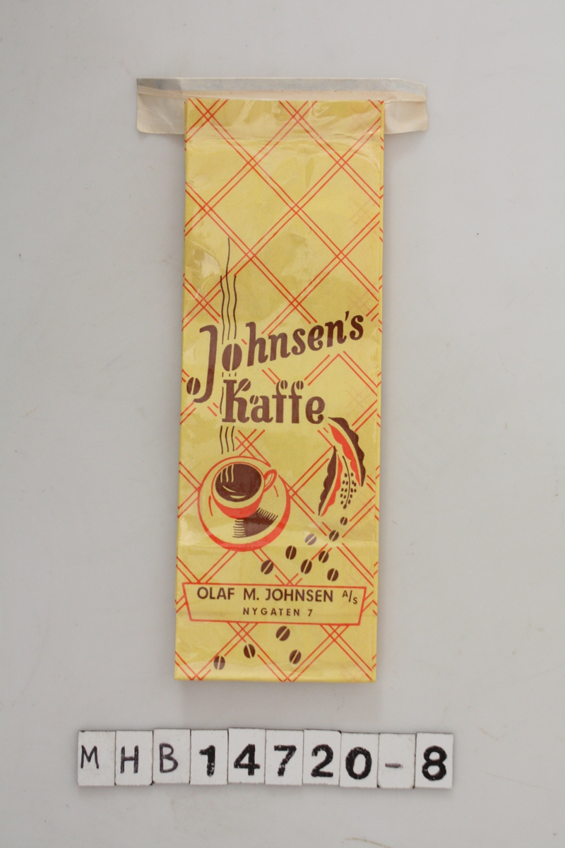 Kaffepose med gul bakgrunnsfarge. Rutemønster på posen en logo med skrift, en rykende varm kaffekopp og kaffebønner. Lukking med en hvit klips.