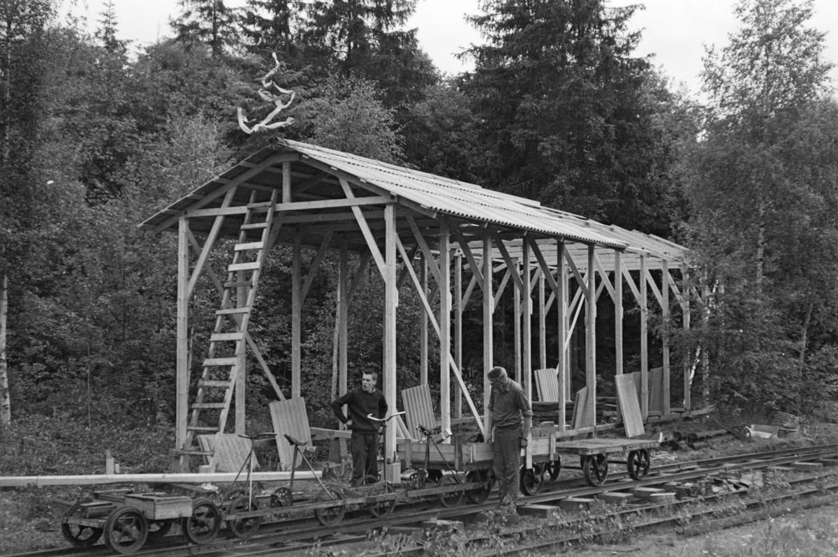 Bygging av lokomotivstall på Bingsfoss stasjon. Markering av at bygningen er kommet under tak.