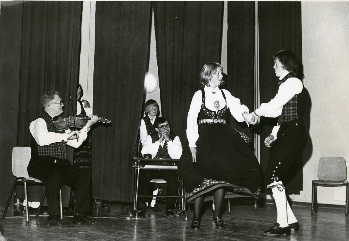 Torleiv Bolstad spiller og Inger Marit Viken og Geir Ove Hippe danser. Syver Gjevre (gutt) og Nils Oddvar Bergheim følger med.