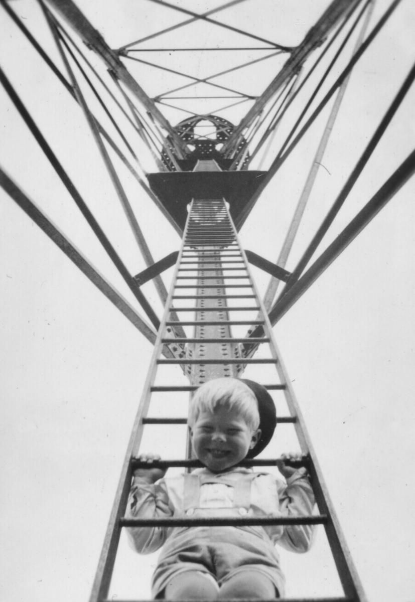 Tor Hauge som har klatret opp i luftskipsmasta på Vadsøya