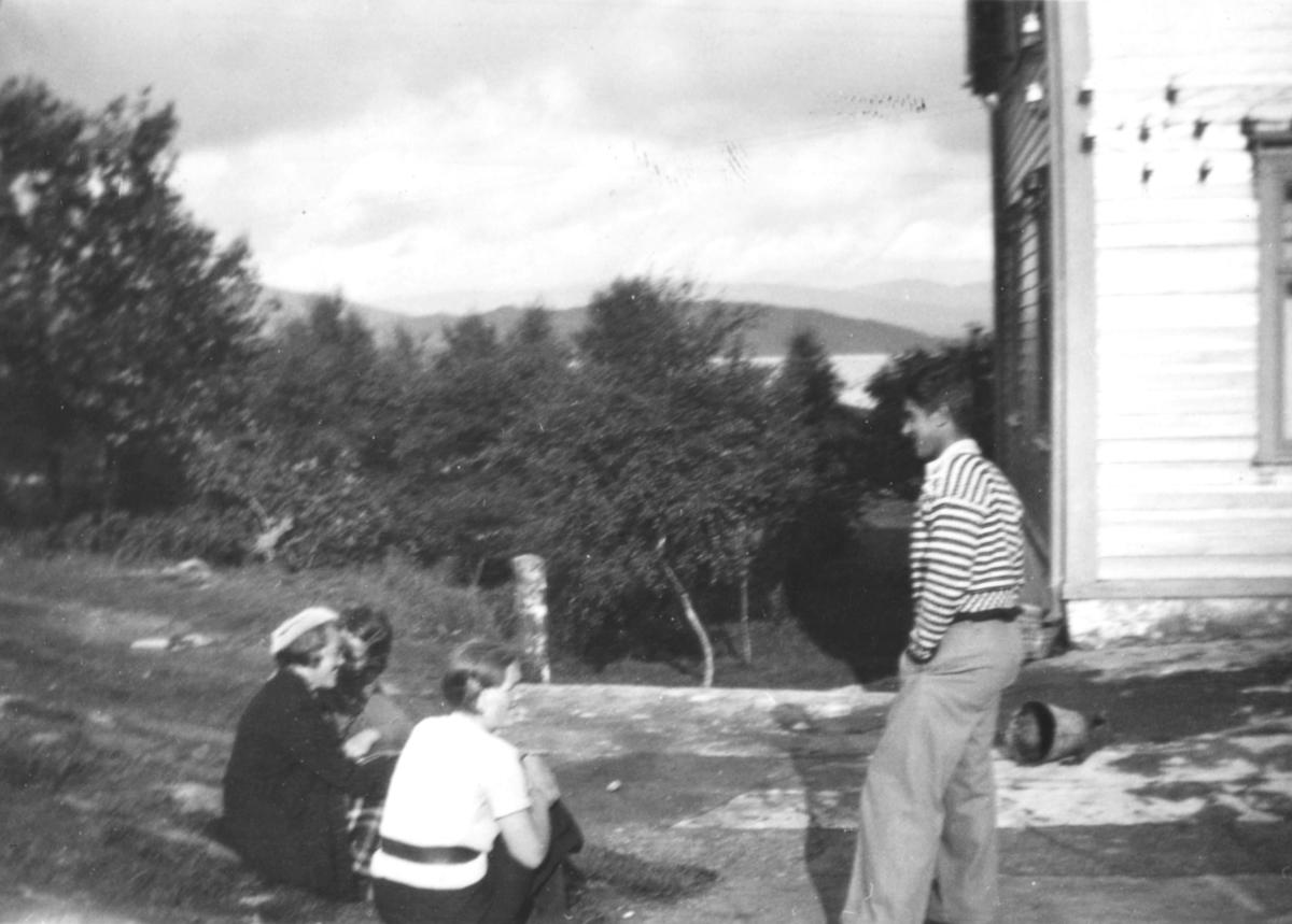 Bilde fra familiealbumet til Leif hauge. Det viser to kvinner , og en mann, ute ved en skog. Det er tatt på Bjorøya i Bergen
