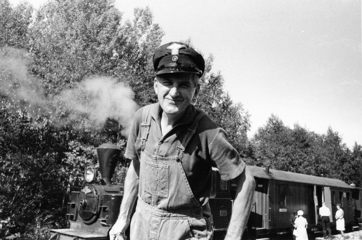 Preben T. Hysing foran lok 4 Setskogen. Hysing var formann i Andelslaget Hølandsbanen.