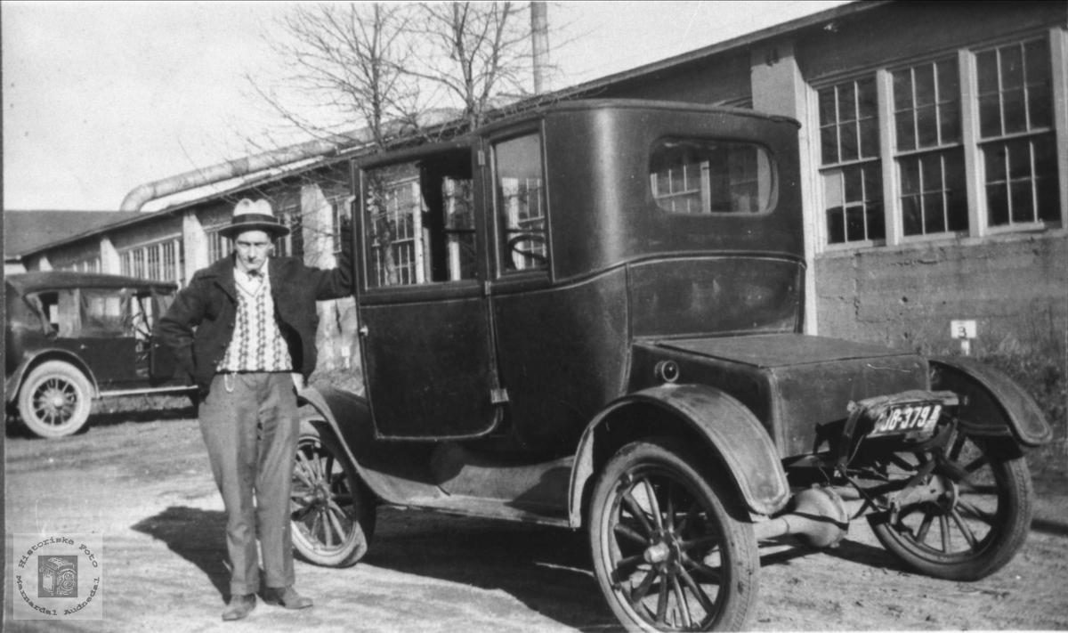 Bil med eier i USA. Nærmest: Ford modell T coupe, eldre enn 1926. Bilskiltet: Amerikansk.