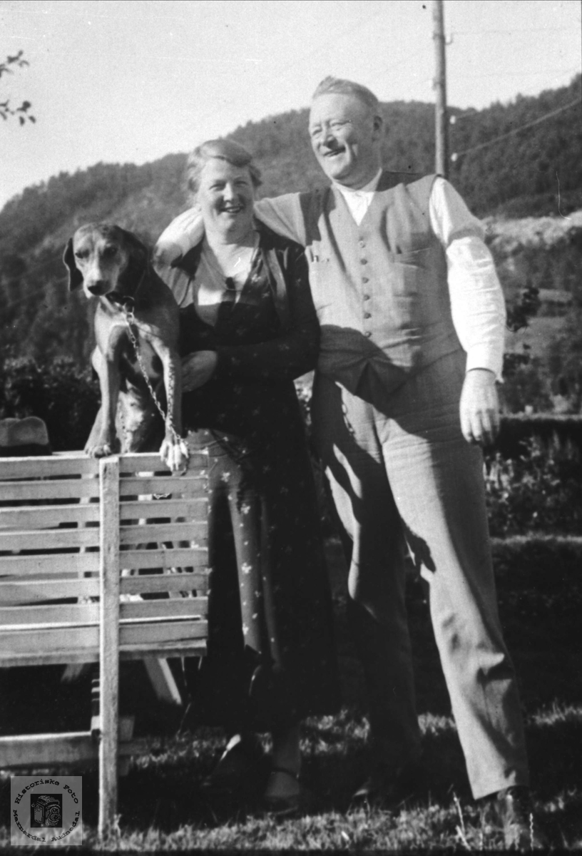 Ektepar m/hund. Ragna og Jørgen Lauvdal.