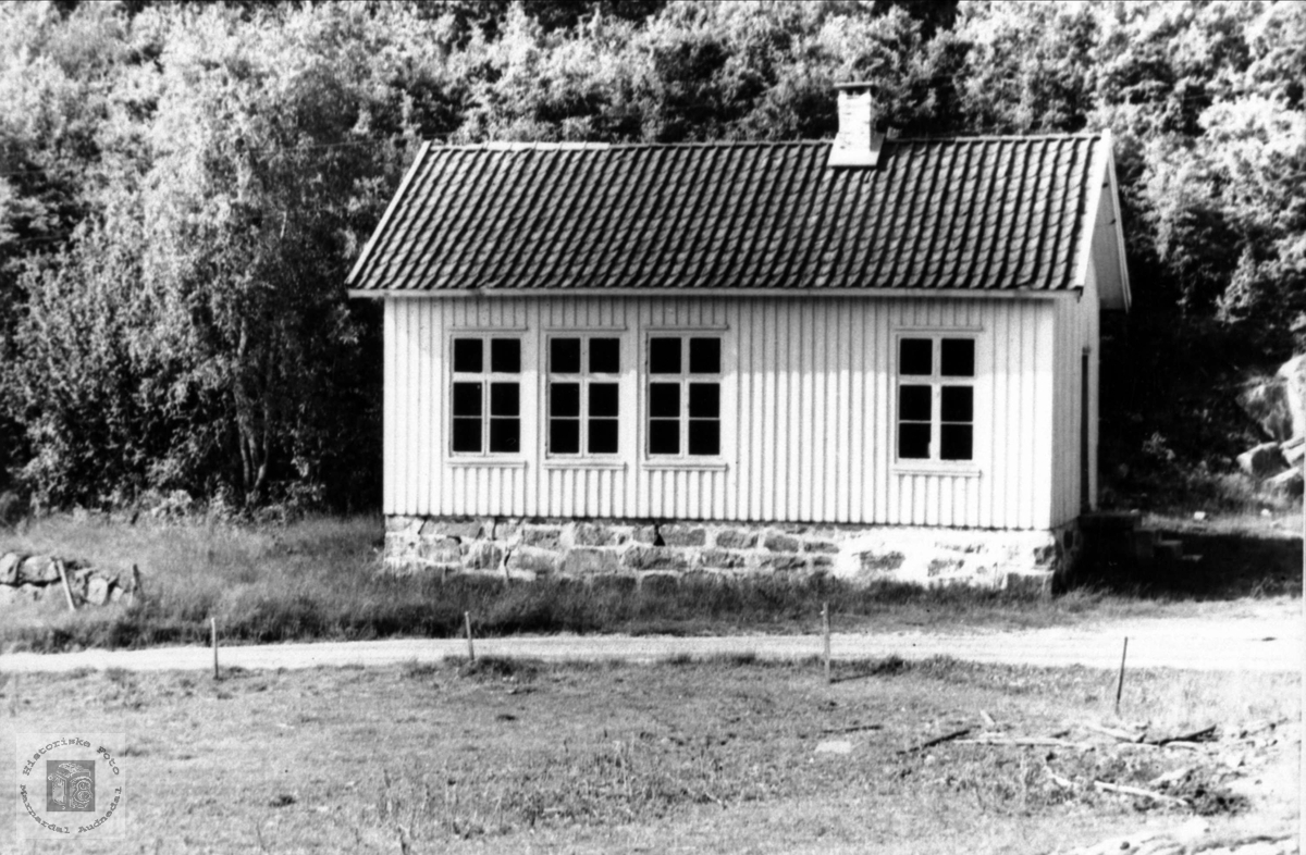 Skolehus. Tjomsland skole, Laudal.