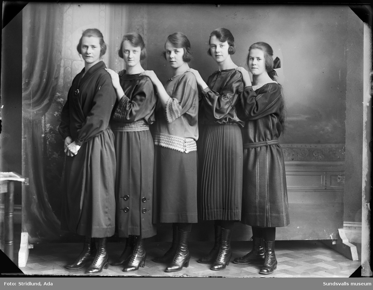 Fem okända kvinnor i ateljé.