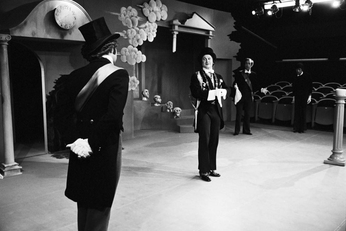 """Scene fra Nationaltheaterets oppsetning av Georg Büchners """"Leonce og Lena"""". Forestillingen hadde premiere 21. mars 1972. Edith Roger hadde regi, Lubos Hruza scenografi og Lita Prahl og Lubos Hruza kostymer."""