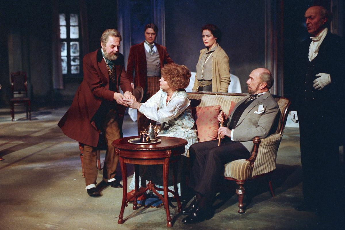 """Scene fra Nationaltheaterets oppsetning av Anton Tsjekhovs """"Kirsebærhaven"""". Forestillingen hadde premiere 11. mars 1988. Ernst Günther og Lubos Hruza hadde kostymer og scenografi."""