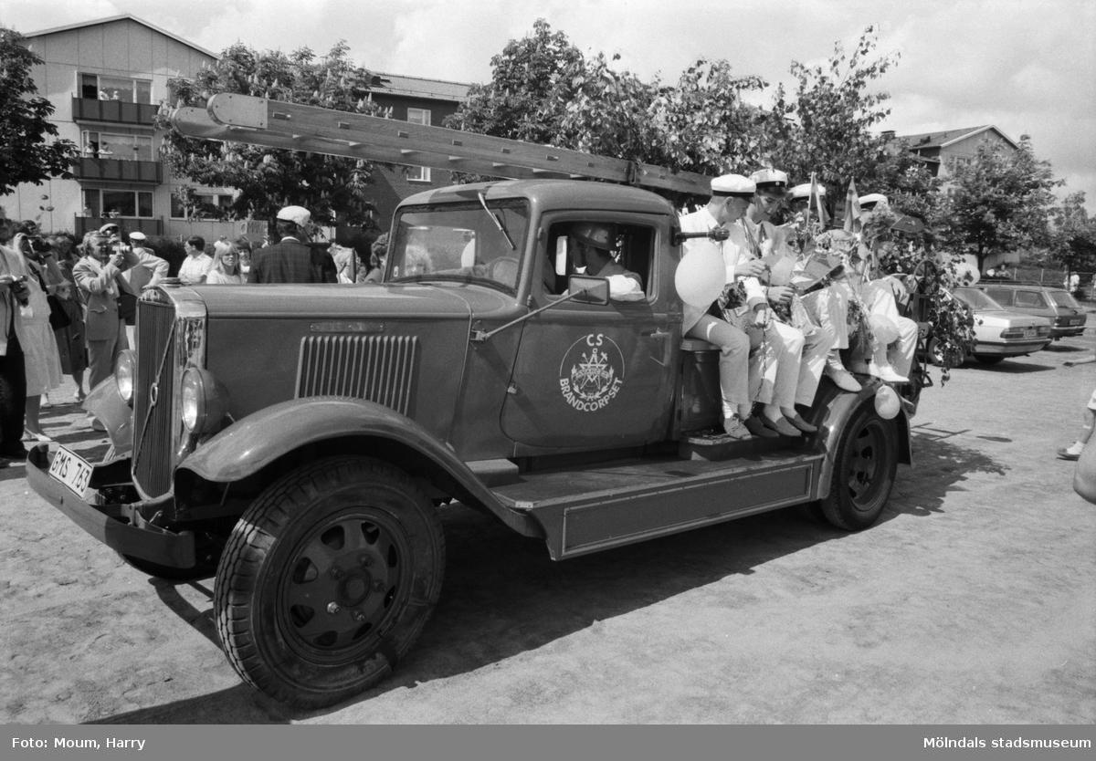 """Studentexamen på Fässbergsgymnasiet i Mölndal, år 1985. """"En brandbil med påslagna sirener körde detta studentgäng till Kållered.""""  För mer information om bilden se under tilläggsinformation."""