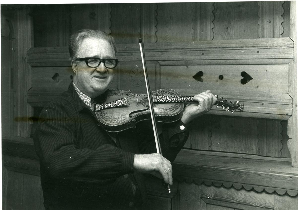 Torleiv Bolstad med fela.