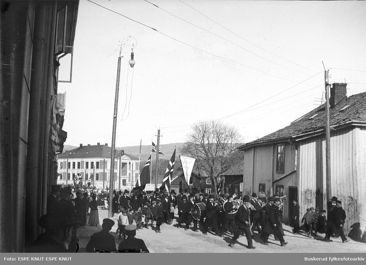 17. mai tog fra Hønefoss folkeskole mot N. Torg. Skolen i bakgrunnen Foran i toget gikk Fremasmusikken, totalavholdsforeningens eget korps