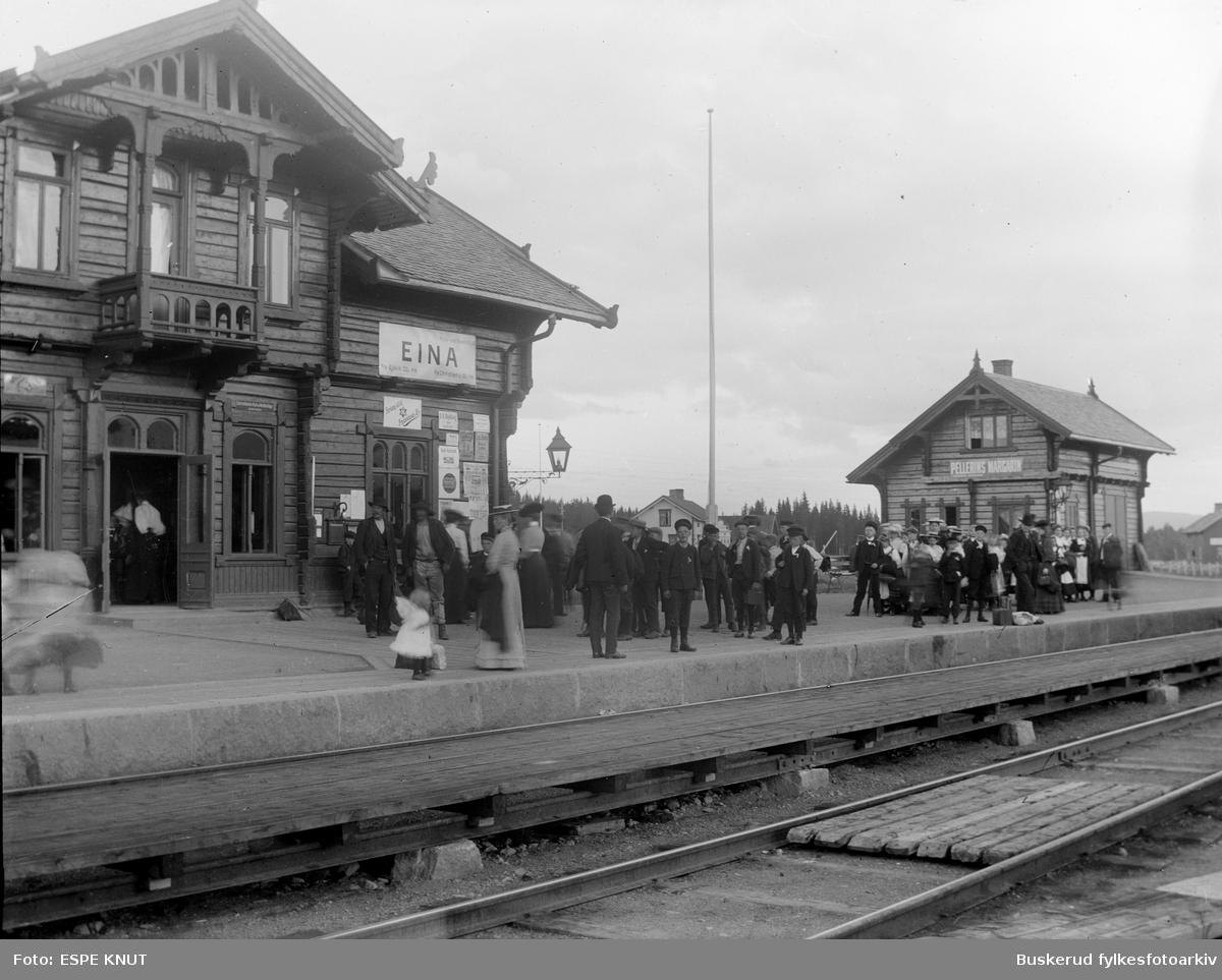 Eina jernbanestasjon Eina stasjon er en jernbanestasjon på Gjøvikikbanen ved Eina i Vestre Toten kommune i Oppland fylke. Stasjonen ble opprettet som en betjent jernbanestasjon for ekspedering av tog, reisende og gods i 1901, ett år før Gjøvikbanens ᆬåpning i 1902.  Ved åpningen av Valdresbanen i 1906 ble Eina stasjon et jernbaneknutepunkt, og Eina framstod som en typisk stasjonsby. Valdresbanen grener ut fra stasjonen i retning syd mot Dokka, men persontrafikken på denne linjen ble nedlagt i 1988.