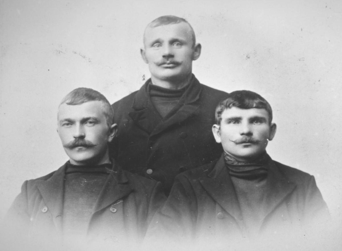 Halvkroppsportrett av tre menn, fra venstre: Johan Oluf Mietinen, Oskar Ittelin og Johan Pitkænen.
