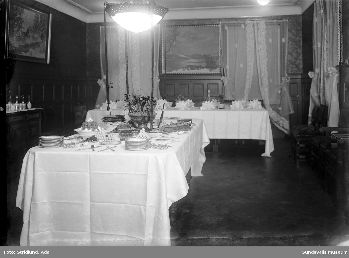 Motiv med matsal och dukade bord. Ev. herrgård.